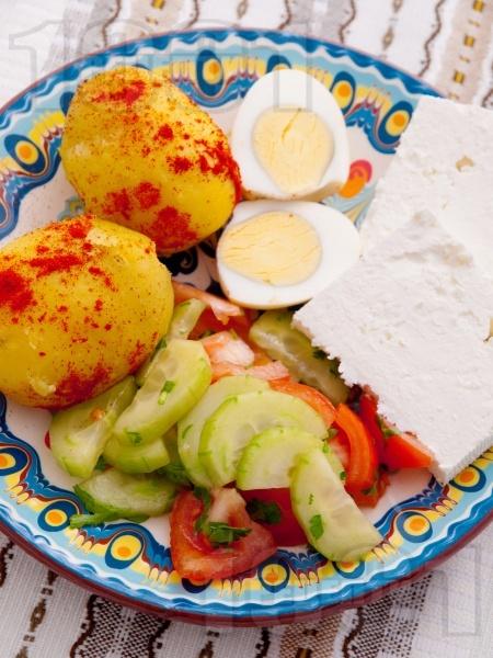 Българска вечеря от варени картофи, варени яйца, сирене и салата домати и краставици - снимка на рецептата